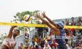 Lolos ke Semi Final. Atlet Bola Voli Pantai Indonesia Gilang Ramadhan melakukan blok bola saat bertanding melawan Tim Oman pada cabang Voli Pantai nomor putra Asian Games 2018 di Komplek Olahraga Jakabaring, Palembang, Sabtu (25/8).