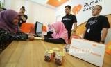 CEO Rumah Zakat Nur Efendi dan COO Herry Hermawan mendampingi petugas saat melayani pemberi zakat (muzakki) di Kantor Rumah Zakat, Jalan Turangga, Kota Bandung, Kamis (17/5).