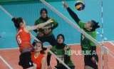 Pemain voli Indonesia Aprillia Santini Manganang (kanan) mencoba memblok bola pemain voli Vietnam Thi Tra Giang Dinh (kiri) pada pertandingan cabang olahraga voli Asian Games 2018 di Gelora Bung Karno,  Jakarta, Jumat (31/8).