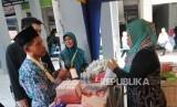 Keberangkatan Calon Haji Jawa Barat. Sejumlah jamaah membeli perlengkapan kesehatan di Asrama Haji Embarkasi di Bekasi, Jawa Barat, Senin (8/7).