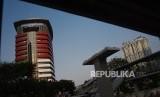 Kain hitam menutupi lambang kpk sebagai bentuk aksi terhadap revisi UU KPK di Gedung Merah Putih, Jakarta, Ahad (8/9/2019).