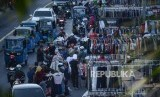 Pedagang Kaki Lima (PKL) berjualan ruas jalan di kawasan Pasar Senen, Jakarta, Selasa (10/9/2019).