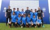 Legenda Inter Milan Javier Zanetti bersama para pelatih berfoto bersama dengan anak-anak didik pada peluncuran Akademi Persib yang merupakan partnership program bersama Inter Academy di Stadion Siliwangi, Kota Bandung, Selasa (13/2).