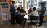 Petugas melayani penukaran mata uang Riyal untuk calon jamaah haji di Asrama Haji Pondok Gede, Jakarta, Jumat (19/7).