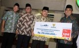 Ketua Baznas Bambang Sudibyo (kedua kanan) bantuan sedekah untuk Rohingya secara simbolis kepada Wakil Ketua Badan Pelaksana Pengelola Masjid Istiqlal Bahrul Hayat (kanan) pada Peresmian Unit Pengelola Zakat (UPZ) Baznas Masjid Istiqlal di Masjid Istiqlal, Jakarta (17/5).