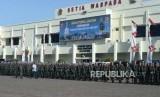 Panglima TNI Jenderal Marsekal Hadi Tjahjanto (kiri) mengecek pasukan uupacara saat  upacara sertijab  komandan pasukan pengamanan presiden di Markas Komando Pasukan Pengamanan Presiden, Jakarta, Rabu (19/12).