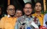 Ketua Umum Partai Hanura Daryatmo (Tengah) dan pimpinan Partai Hanura memberikan keterangan kepada media usai mendatangi Menteri Hukum dan Ham di  Gedung Kementrian Hukum dan HAM, Jakarta, Jumat, (19/1).