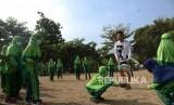 Pengenalan Olahraga Rugby. Siswa SDIT Salsabila Klaseman mengikuti penganalan olahraga Rugby bersama tim Rugby DIY di lapangan Ganjuran, Sleman,  Yogyakarta, Selasa (13/8/2019).