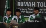 Ketua GP Ansor, Yaqut Cholil Qoumas (kanan)  bersama Sekjen GP Ansor, Abdul Rochman (tengah )  memberikan keterangan kepada media terkait pembakaran bendera HTI di DPP GP Ansor, Jakarta, Rabu (24/10).