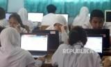 Sejumlah pelajar saat melaksanakan Ujian Nasional Berbasis Komputer (UNBK) SMP, Senin (22/4).
