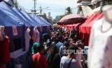Suasana warga yang melihat-lihat barang distan pedagang kaki lima (PKL) di Kawasan Tanah Abang, Jakarta, Senin (25/12).