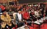 Presiden Joko Widodo (ketiga kiri) bersama Ketua Umum PDIP Megawati Soekarnoputri, Wakil Presiden Jusuf Kalla, Wakil Presiden keenam Try Sutrisno, Wakil Presiden kesembilan Hamzah Haz dan Calon Wakil Presiden RI KH Ma'ruf Amin saat menghadiri puncak peringatan HUT PDIP ke 46 di JI-Expo, Kemayoran, Jakarta Pusat, Kamis (10/1/2019).