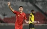 Pesepak bola Indonesia Evan Dimas Darmono selebrasi usai mencetak gol pada pertandingan persahabatan di Stadion Utama Gelora Bung Karno, Jakarta, Sabtu (15/6).