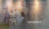 Sejumlah nama para ulama Uzbekistan dipajang saat acara pameran foto Uzbekistan di Gedung Bayt Al-Quran TMII, Jakarta, Jumat (8/2).