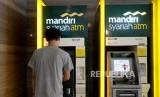 Nasabah melakukan transaks melalui ATM Bank Syariah Mandiri. ilustrasi