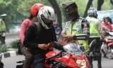 Operasi Zebra. Anggota polisi menindak pengendara kendaraan roda dua yang melakukan pelanggaran lalu lintas. ilustrasi