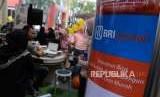 Pengunjung mendapatkan informasi mengenai layanan perbankan syariah disalah satu stand Expo Perbankan dan Keuangan Syariah di Blok M Square, Jakarta, Ahad (7/10).