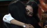 Terdakwa kasus dugaan penyebaran konten asusila Vanessa Angel (kanan) memeluk salah satu tim kuasa hukumnya sesaat sebelum menjalani sidang putusan di Pengadilan Negeri (PN) Surabaya, Jawa Timur, Rabu (26/6/2019).