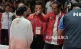 Presiden Joko Widodo memberikan salam kepada atlet wushu Indonesia Lindswell Kwok usai bertanding di cabang wushu nomor taijijian Asian Games 2018 di Kemayoran, Jakarta, Senin (20/8).