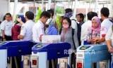Petugas memeriksa tiket kertas KRL Commuter Line calon penumpang di Stasiun Bogor, Bogor, Jawa Barat, Senin (23/7).