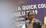 Ketua Perhimpunan Survei Opini Publik Indonesia (Persepi) Philips J Vermonte bersama para anggota Persepi memberikan keterangan saat expose data quick count pemilu 2019 di Jakarta, Sabtu (20/4).