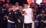 Capres nomor urut 01 Joko Widodo berfoto disela debat pertama pasangan calon presiden dan wakil presiden pemilu 2019 di Jakarta, Kamis (17/1).