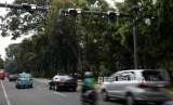 Sejumlah kendaraan melintas gerbang jalan berbayar atau Elektronic Road Pricing (ERP) di Kawasan Jalan Medan Merdeka Barat, Jakarta, Jumat (31/8).