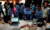 Petugas memeriksa riwayat kesehatan calon jamaah haji melalui kartu kesehatan di Asrama Haji Bekasi, Bekasi, Jawa Barat, Rabu (25/7).
