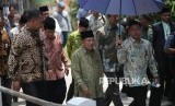 Wakil Presiden sekaligus Ketua Dewan Masjid Indonesia Jusuf Kalla (tengah) berjalan seusai pembukaan Muktamar Dewan Masjid Indonesia (DMI) ke-7 yang bertajuk