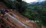 Sejumlah petugas gabungan melakukan evakuasi longsor di Jalur Utama Puncak, Bogor, Jawa Barat, Senin (5/2).