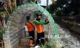 Pemanfaatan Sampah Botol Plastik. Petugas UPK Badan Air Dinas Lingkungan Hidup DKI Jakarta menata susunan sampah botol minuman plastik yang membentuk bangunan posko di kawasan Pasar Rebo, Jakarta, Selasa (12/3).