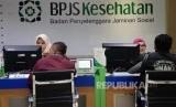 Petugas melayani warga di kantor Badan Penyelanggara Jaminan Sosial (BPJS) Kesehatan KCU Jakarta Pusat. ilustrasi