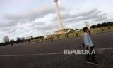 Pengunjung melintas di lapangan Monumen Nasional Pasca Aksi Reuni 212 di Jakarta, Sabtu (2/12).