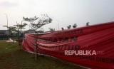 Spanduk penutupan terpampang didepan pintu masuk Reklamasi Pulau D, Teluk Jakarta, Kamis (7/6).