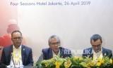 Dirut PGN Gigih Prakoso bersama Direksi memberikan keterangan usai melaksanakan rapat umum pemegang saham (RUPS) Tahun 2019 di Jakarta, Jumat (26/4).
