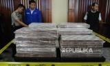 Pegawai Bank Mandiri dan kepolisian  memasang garis pembatas saat penyerahan  uang ganti rugi korupsi Bantuan Likuidasi Bank Indonesia (BLBI) dengan terpidana Samadikun Hartono di Gedung Bank Mandiri, Jakarta, Kamis (17/5).