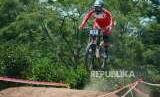 Atlet Balap Sepeda Indonesia Tiara Andini Prastika tampil di Final Run Women Elite Downhill Asian Games 2018 Mountainbike, di Khe Bun Hill, Kabupaten Subang, Senin (20/8).