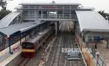 Kereta KRL berhenti di Stasiun Buaran, Jakarta, Jumat (9/11).