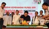 Ketua Umum Tim Kampanye Nasional (TKN) Erick Thohir didampingi Direktur TKN Milenial Bahlil Lahadalia memotong nasi tumpeng pada acara syukuran kemenangan Pemilu 2019 di The Pallas, SCBD, Jakarta, Ahad (21/4).
