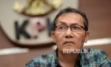 Wakil Ketua KPK Saut Situmorang memberikan keterangan pers mengenai Operasi Tangkap Tangan (OTT) kasus korupsi pejabat Kementerian Pekerjaan Umum dan Perumahan Rakyat (PUPR) dengan pihak swasta, di Gedung KPK, Jakarta, Ahad (30/12) dini hari.