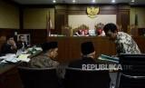 Menteri Agama Lukman Hakim Saifuddin (kiri) dan Mantan Ketua Umum PPP Romahurmuziy (kanan) bersiap menjalani sidang untuk menjadi saksi di Pengadilan Tipikor, Jakarta, Rabu (26/9).