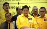 Ketua Umum Partai Golkar Airlangga Hartarto (tengah)