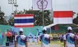 Tim panahan Indonesia Recurve beregu campuran  Riau Ega Agata (kiri)  dan Diananda Chairunnisa  (kanan) mendapatkan medali silver usai saat berlaga dalam final Invititaion Tournamet  Asean Games 2018 di Lapangan Panahan, Gelora Bung Karno, Jakarta, Rabu (14/2).
