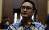 Terdakwa kasus dugaan menerima gratifikasi dan suap pengesahan APBD Provinsi Jambi, Gubernur nonaktif Zumi Zola saat menunggu sidang tuntutan   di Pengadilan Tindak Pidana Korupsi, Jakarta, Kamis (8/11).