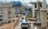 Sejumlah kendaraan melintas di area proyek pembangunan Tol Layang Jakarta-Cikampek II dan Jalur kereta api ringan atau Light Rail Transit (LRT) Jabodebek di ruas Tol Jakarta Cikampek, Bekasi, Jawa Barat. ilustrasi