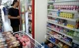Industri minuman penopang PDB. Aneka macam produk minuman ditawarkan kepada pembeli di ritel swasta. ilustrasi