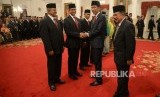 Penganugerahan Pahlawan Nasional. Presiden Joko Widodo dan Wapres Jusuf Kalla memberikan ucapan selamat kepada Gubernur DKI Jakarta Anies Baswedan (kedua kiri) usai upacara penganugerahan di Istana Negara, Jakarta, Kamis (8/11).