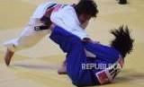 Atlet Judo Indonesia Ardela Yuli (biru) saat melawan Atlet Judo  Japan Nami Nabekura di Babak  Perempatfinal 63 Kgr cabang olaharaga Judo Asian Games, di JCC, Jakarta,Kamis (30/8).