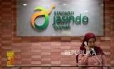 Karyawan memberikan informasi produk kepada calon peserta di kantor Asuransi Jasindo Syariah, Jakarta, Selasa (16/7).