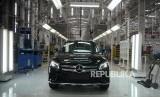 Peluncuran Varian Mercedes Benz. Proses perakitan mobil Mercedes Benz di Pabrik Perakitan Mercedes Benz Wanaherang, Bogor, Jawa Barat, Selasa (11/12).